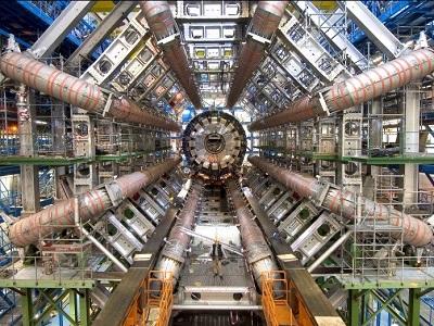 مصادم هادرون الكبير ، اكبر و اقوى مصادم الجسيمات في العالم ، وتقع بالقرب من جنيف