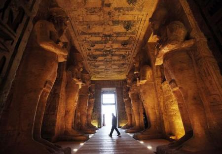 تماثيل داخل معبد ابو سمبل بجنوب مصر