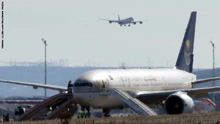 طائرة الخطوط الجوية السعودية رقم SVA 226 لاتزال محجوزة في مطار مدريد بعد إخلاء 97 من المسافرين و15 من طاقم الطائرة