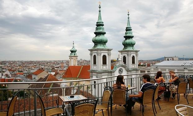 كافية علي سطح أحد البنايات بالعصمة النمساوية فيينا