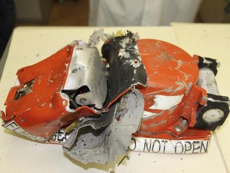 أحد الصندوقين الأسودين الذي يسجل المحادثات داخل قمرة القيادة في صورة نشرتها سلطات الطيران الروسية يوم الاحد