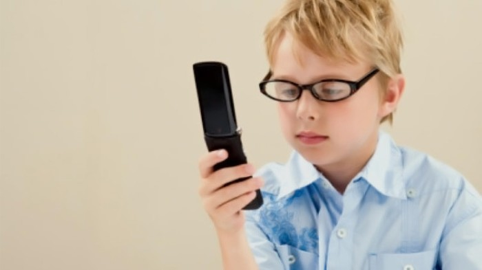 التعامل المستمر مع الموبايل يتسبب في اضرار لأبصار الأطفال