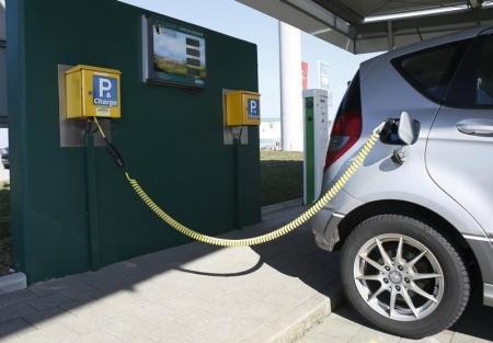 سيارة كهربائية متوقفة في مركز خدمة للشحن الكهربائي بالطاقة الشمسية في قرية بالمانيا يوم 18 مارس 2016