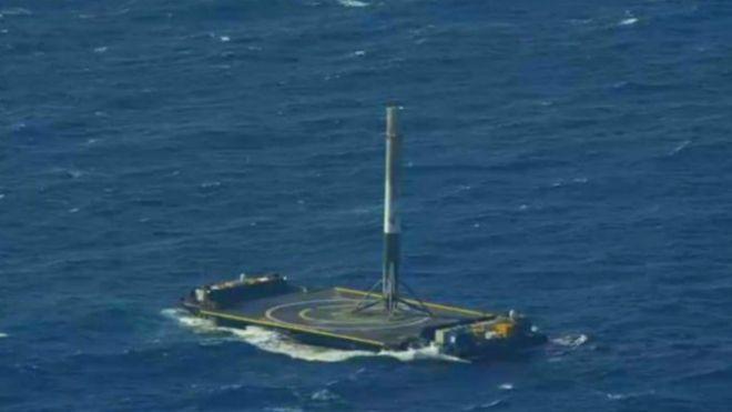 صاروخ شركة سبيس اكس يهبط علي المنصة العائمة