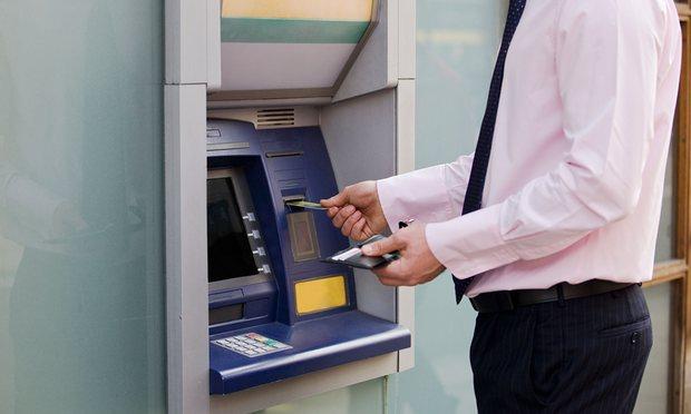 مستخدم يصرف نقودا من ماكينة صراف آالي