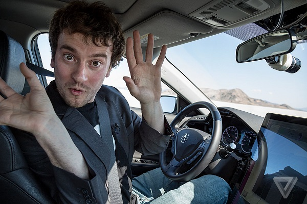 جورج هوتز، مؤسس كوما اي آي (Comma.ai) يجلس داخل السيارة التي تسير بدون سائق
