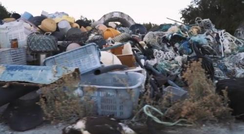 جانب من المخلفات البلاستيكية التي توجد علي الجزيرة