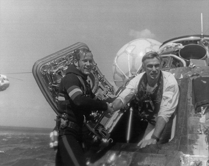 قائد رحلة أبولو 17 لحظة خروجه من الكبسولة الفضائية ووصوله الي الأرض