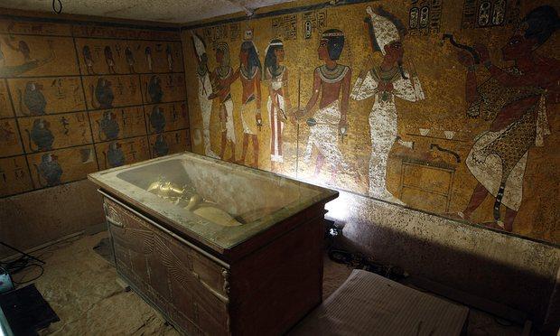 تم وضع تابوت الملك توت عنخ آمون في حجرة الدفن وبها المومياء في صندوق زجاجي صمم لحماية ما تبقى منه من الرطوبة ومصادر التلوث الأخرى