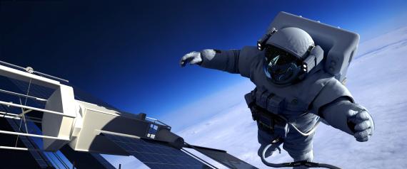 رائد فضاء يقوم بعملية سباحة في الفضاء