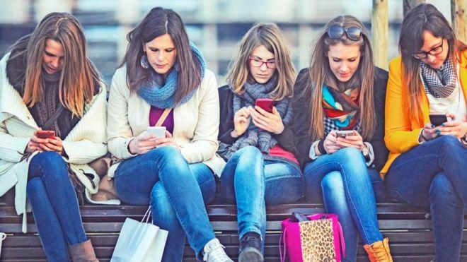 تزايدت في الأونة الأخيرة مشكلة إهدار الوقت في تصفح مواقع التواصل الاجتماعي