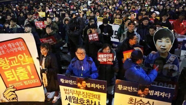 نُظمت احتجاجات حاشدة ضد رئيسة كوريا الجنوبية، بارك جوين-هاي، التي جُردت من صلاحياتها الرئاسية