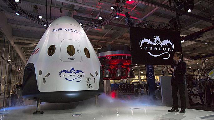 إيلون ماسك الرئيس التنفيذي لشركة سبيسن إكسبلوريشن تكنولوجيز يتحدث بعد الإعلان عن مركبة الفضاء دراجون