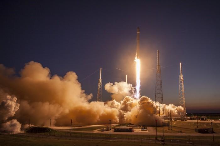 عملية إطلاق صاروخ فالكون 9 لشركة سباس أكس وهو يحمل قمر للاتصالات