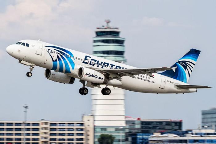 طائرة لمصر للطيران تقلع من مطار القاهرة الدولي