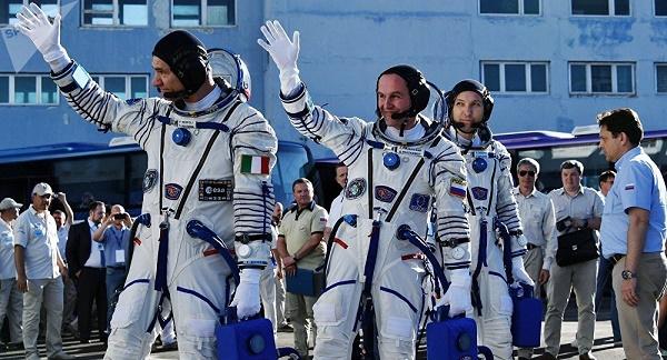 رواد فضاء يستعدون للصعود الي المحطة الفضائية المدارية