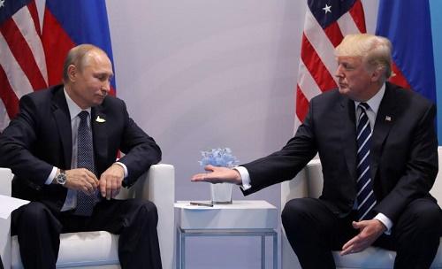 الرئيس الأمريكي دونالد ترامب (يمينا) ونظيره الروسي فلاديمير بوتين في هامبورج يوم الجمعة 7 يوليو 2017