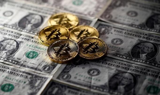 العملة الرقمية بيتكوين ترتفع بشكل كبير متفوقة علي الدولار الأمريكي