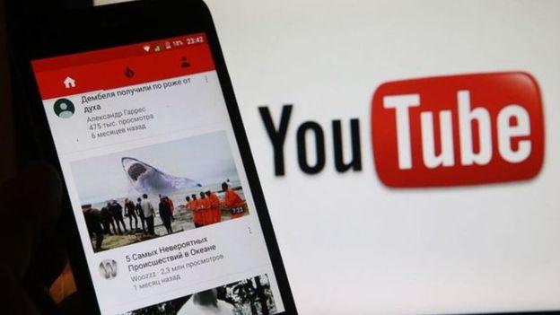 شعار يوتيوب بجانب التطبيق علي شاشة موبايل