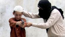 أم من داعش تدرب أبنها الطفل علي استعمال الأسلحة النارية