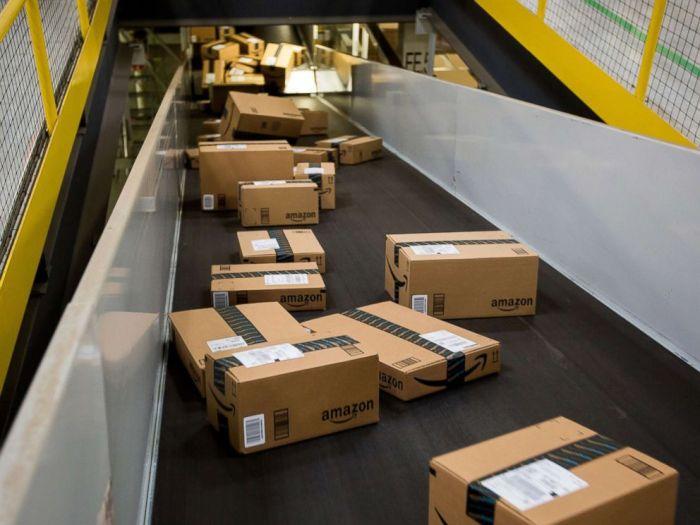 تتحرك الصناديق على طول الحزام الناقل في مركز توزيع شركة أمازون في نيو جيرسي
