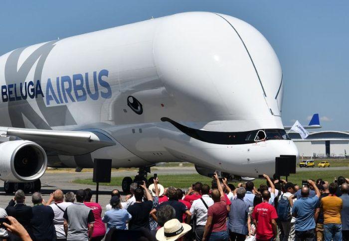 طائرة الشحن العجيبة لشركة أيرباص والتي تستخدم لنقل أجزاء الطائرات قبل تجميعها بمصنع هامبورج في ألمانيا