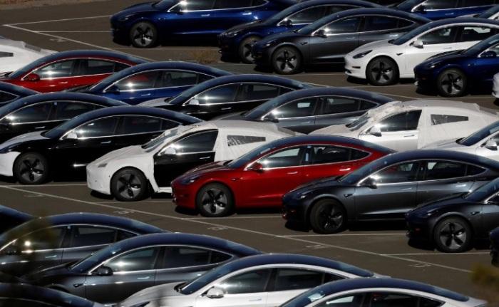صفوف من سيارات تسلا 3 الكهربائية الجديدة في ريتشموند، كاليفورنيا يوم ٢٢ يونيو ٢٠١٨