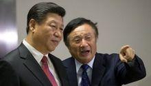 الرئيس الصيني شي جين بينج يقف الي جانب رين تشنج مؤسس شركة هواوي