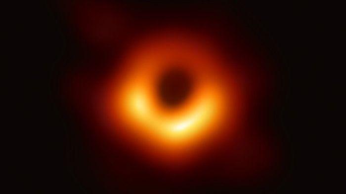 أول صورة مباشرة في التاريخ لثقب أسود عملاق