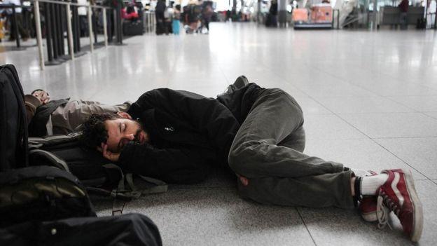 يرى الناشطون في مجال حقوق المسافرين، أن شركات الطيران تعمد إلى إطالة المدة المتوقعة للرحلة لتتحايل على الحد الأدنى من ساعات التأخير الذي يخول للمسافر المطالبة بتعويض