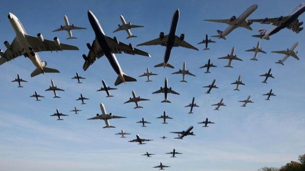 صورة مركّبة من مجموعة صور تظهر حركة الطائرات في المسار الجوي من مطار هيثرو بلندن