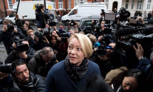 """المدعي العام للسويد السيدة """"إنجريد اسجرين"""" تصل الي سفارة الإكوادور في لندن نوفمبر 2016 للتحقيق مع جوليان أسانج"""