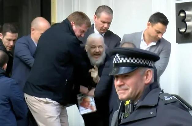 عملية القبض علي جوليان أسانج مؤسس موقع ويكيليكس حيث قامت الشرطة بإعتقاله من داخل سفارة الإكوادور في لندن