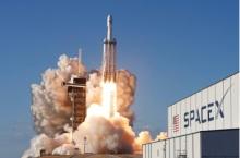 الصاروخ سبيس إكس فالكون هيفي أثناء إطلاقه من مركز كنيدي للفضاء في فلوريدا يوم الخميس 11 أبريل 2019