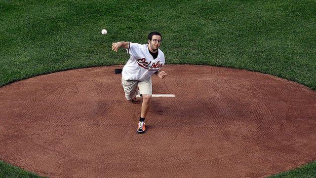 بطل العالم في البوكر 2012، جريج مرسون، كان بين اللاعبين المحترفين الذين هزمهم برنامج بلوريباس. ويظهر مرسون في الصورة وهو ينفذ الرمية الاحتفالية في مباراة بيسبول