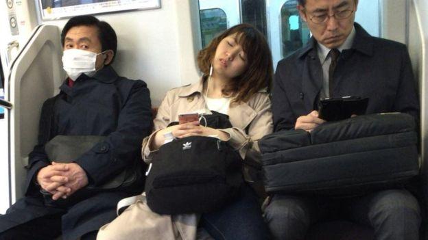 كثيرا ما يشاهد الموظفون في اليابان وقد غلبهم النعاس في الأماكن العامة