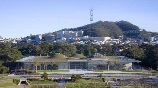 صممت أكاديمية كاليفورنيا للعلوم كي يتم تلطيف الجو داخل المبنى بصورة طبيعية