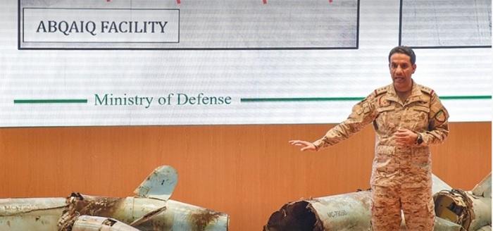 المتحدث باسم قوات التحالف العربي يعرض بقايا الصواريخ والطائرات المسيرة التي استخدمت في الهجوم علي أرامكو