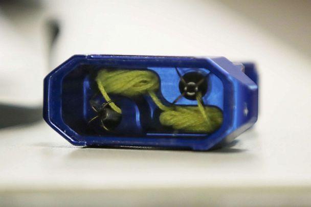 شكل جهاز بولا راب والحبل يظهر بداخله وهو الجهاز الذي ستستخدمه الشرطة الأمريكية للسيطرة علي المتهمين