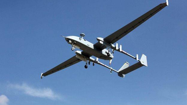 تستطيع الطائرة الاسرائيلية المسيرة هيرون التحليق لمدة 50 ساعة وعلى ارتفاع 30 الف قدم وتستخدم في افغانستان ضد طالبان