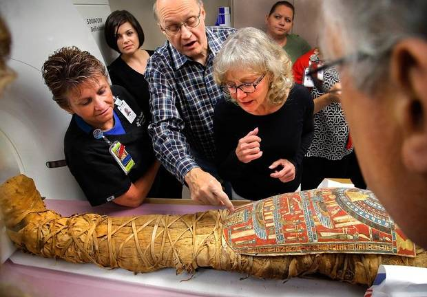 يشرح عمر زهدي ، الوسط ، معنى لبعض الكتابات الهيروغليفية التي تغطي جذع هذه المومياء المصرية المعروفة باسم توتو لأخصائيين في الأشعة المقطعة وذلك في 20 أغسطس 2015