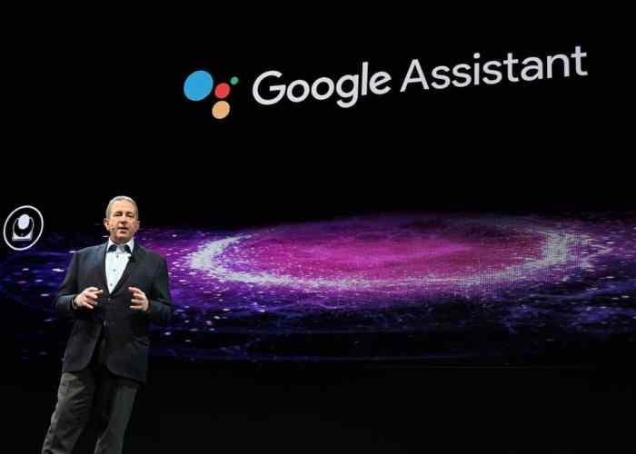 مدير التسويق المنزلي في شركة LG ، تيم أليسي ، يناقش مساعد جوجل خلال مؤتمر CES 2019 في لاس فيجاس نيفادا في 7 يناير 2019