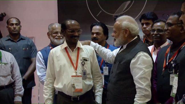 رئيس الوزراء ناريندرا مودي يشجع مدير منظمة أبحاث الفضاء الهندية بعد أن فقدت المنظمة اتصالاتها مع المسبار فيكرام.