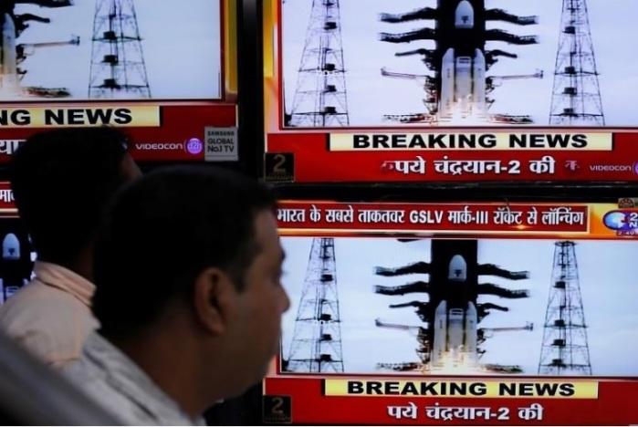 مواطنون في الهند يشاهدون عبر شاشات إطلاق مركبة الفضاء شاندريان-2