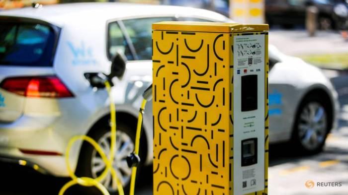 سيارة كهربائية مشتركة في تطبيق النقل الجماعي يتم شحنها بالكهرباء في محطة جيلبي في برلين ، ألمانيا 22 سبتمبر 2019