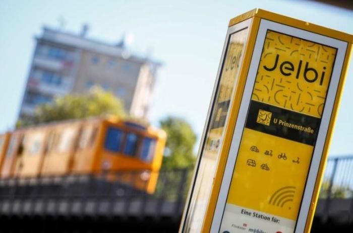 شعار تطبيق الموصلات الجديد (جيلبي) قرب محطة للمترو في برلين يوم 22 سبتمبر 2019