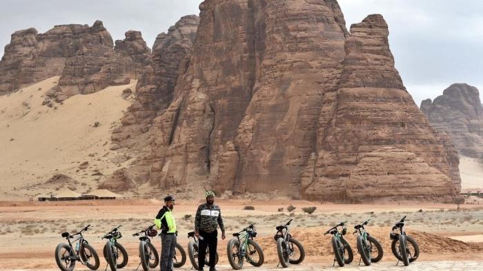 سياح يزورون صحراء العلا بالقرب من مدينة العلا شمال غرب السعودية، في 5 يناير 2019