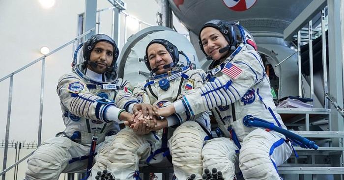 «هزاع المنصوري» أول رائد فضاء إماراتي، يرافقه رائد الفضاء الروسي «أوليج سكريبوتشكا»، ورائدة الفضاء الأمريكية «جيسيكا مير»