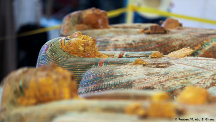 وصل عدد التوابيت التي تم العثور عليها إلى 30 ، احتوت على مومياوات كهنة وكاهنات وأطفال تم دفنهم بالقرن العاشر قبل الميلاد في عهد الأسرة الـ 22 التي حكمت مصر القديمة