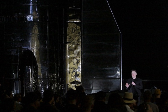 إيلون ماسك يتحدث لدى كشفه عن مركبة الفضاء (ستارشيب) في كاليفورنيا يوم الأحد 29 سبتمبر
